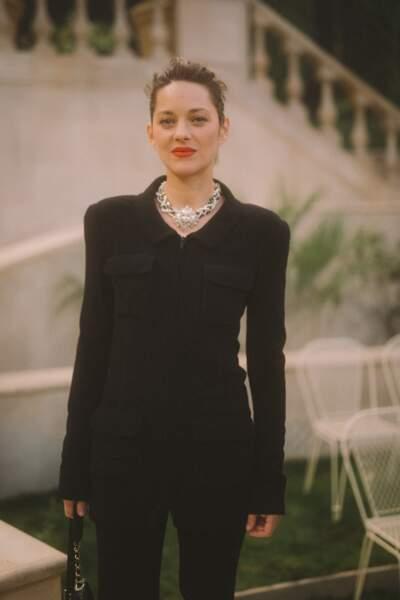 Marion Cotillard prend la pose au Grand Palais pour le défilé Chanel Haute Couture.