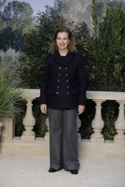 L'actrice Carole Bouquet a misé sur un pantalon à rayures tennis pour le défilé Chanel Haute-Couture.