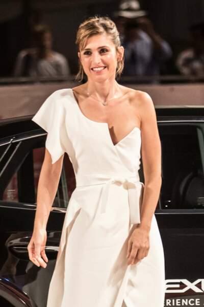 Julie Gayet sublime en robe décolletée asymétrique