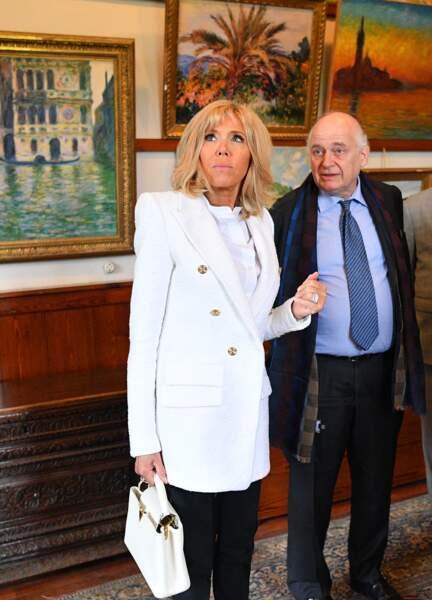 Brigitte Macron radieuse, les yeux bleus ourlés de noir et ses cheveux blonds dotés d'une nouvelle coloration