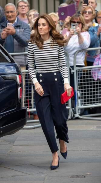 Kate Middleton porte une marinière et un pantalon assortis signés LK Bennet