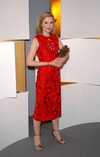 """Isabelle Carré, en robe rouge ajourée, meilleure actrice en 2003 pour """"Se souvenir des belles choses"""""""