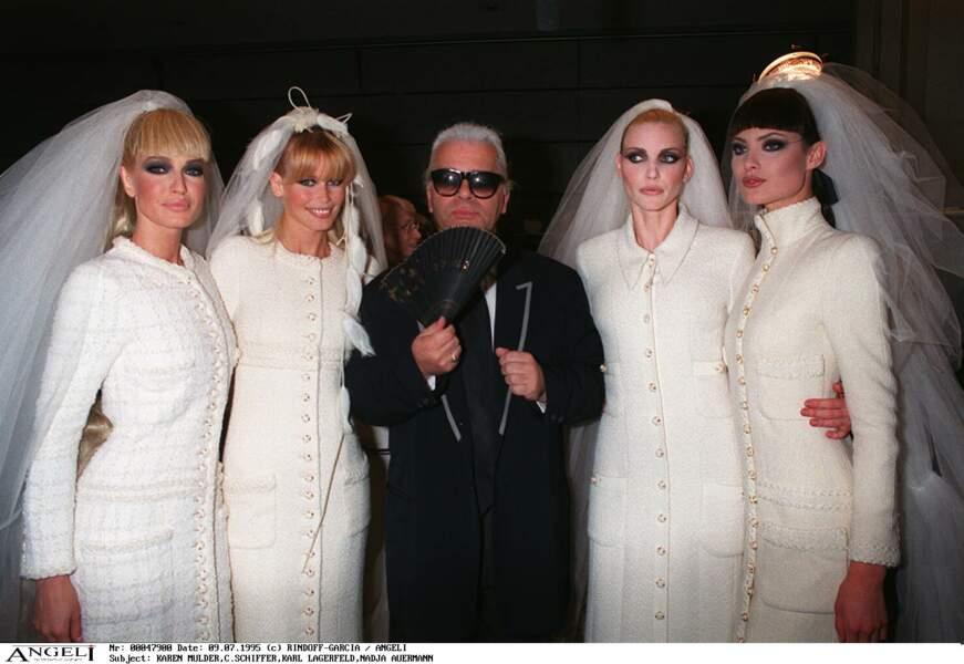 Karl Lagerfeld entouré des tops Karen Mulder, Claudia Schiffer et Nadja Auerman en 1995 à Paris
