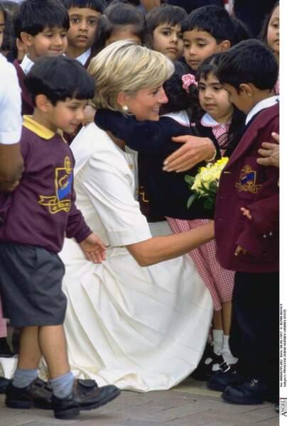 La princesse Diana entourée d'enfants lors d'une visite en Inde, en 1997