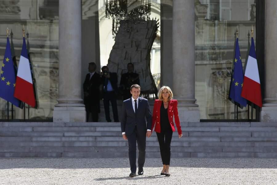 Le couple Macron main dans la main dans la cour de l'Elysée