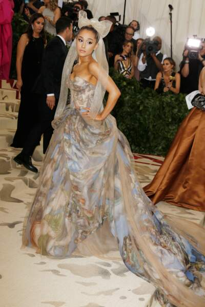 Ariana Grande et ses cheveux retenus en chignon coiffés d'une longue traine semblable à une mariée