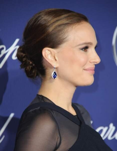 Un chignon plaqué et voilà Natalie Portman qui se transforme en femme mûre et assumée