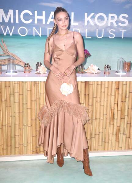 Pour l'occasion, Gigi Hadid arborait une robe moulante signée Michael Kors