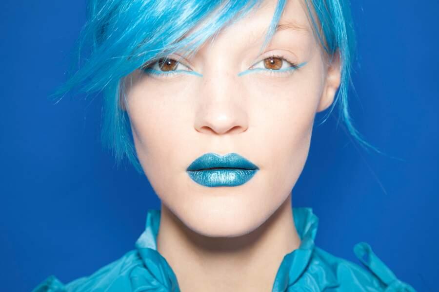 Sur la bouche, le bleu est glacé, un make-up adoré des youtubeuses