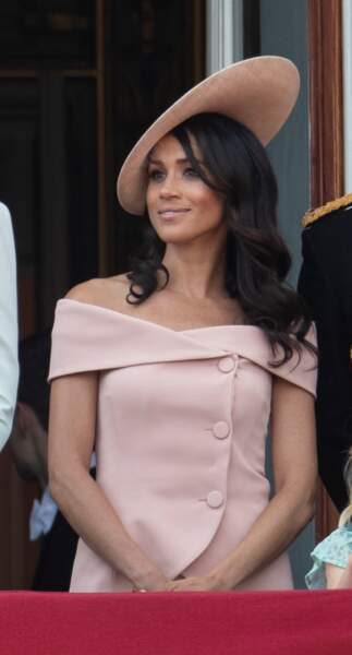 Meghan Markle, en robe à épaules dénudées Carolina Herrera, pour Trooping the Colour le 9 juin 2018