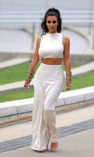 Kim Kardashian incroyable avec son crop top et sa queue de cheval