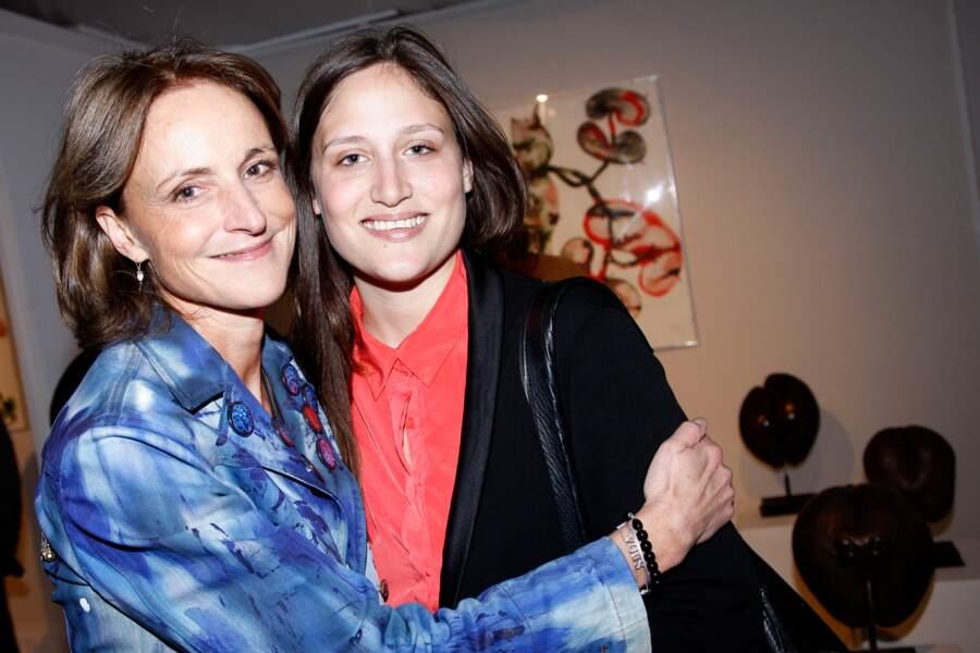 """Victoire de Villepin et sa mère Marie-Laure au vernissage de l'exposition """"Galopec"""", en 2013"""