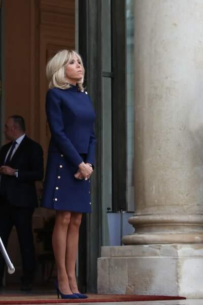 Une jupe courte, des boutons : la panoplie gagnante de Brigitte Macron