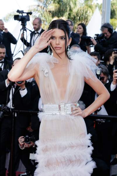 Kendall Jenner ou les deux tendances de la saison (volant et transparence), au festival de Cannes 2018.