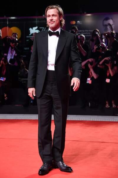 Brad Pitt en nœud papillon et costume très élégant doté une chemise en coton cotelé de Brioni