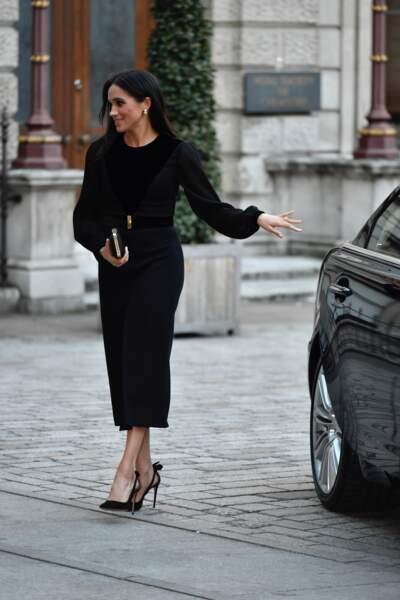 Meghan Markle en robe noire ceinturée : un chic que l'on a croisé sur les podiums de la Fashion Week de Paris.
