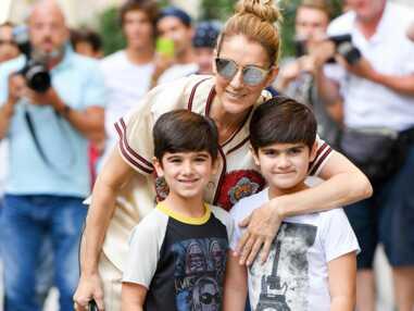 Celine Dion pose avec ses fils Eddy et Nelson devant le Royal Monceau à Paris