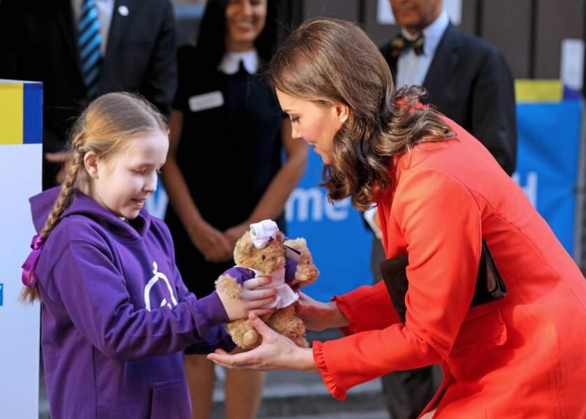 Kate Middleton était rayonnante dans un manteau rouge flamboyant