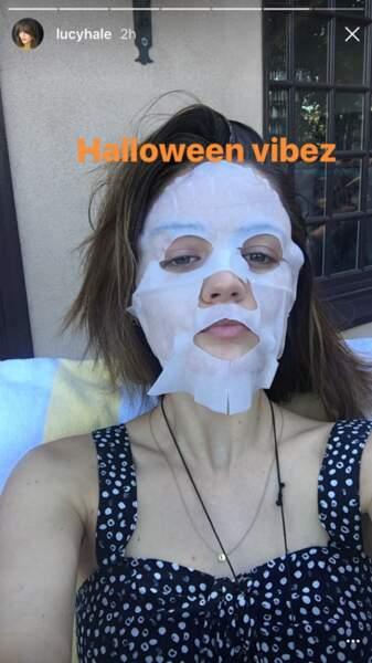 Dans sa story Lucy Hale assume totalement d'être effrayante avec ce masque... Scary Selfie !