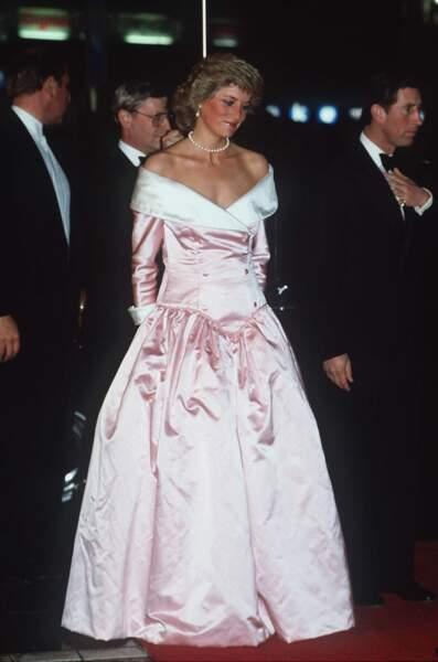 La princesse Diana en robe rose à épaules dénudées dessinée par Catherine Walker, à l'opéra de Berlin en 1987