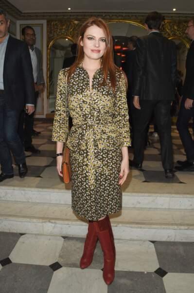 La robe d'Elodie Frégé est signée Marilyn Feltz, une coupe saharienne ceinturée, et les bottes Christian Louboutin.