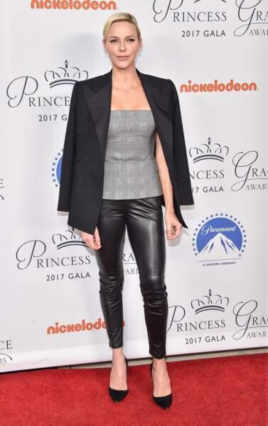 La princesse Charlene de Monaco porte le slim en cuir avec des escarpins, un top bustier et une veste de smoking