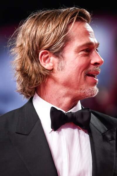 petite barbe taillée et cheveux longs, Brad Pitt porte beau ses 55 printemps
