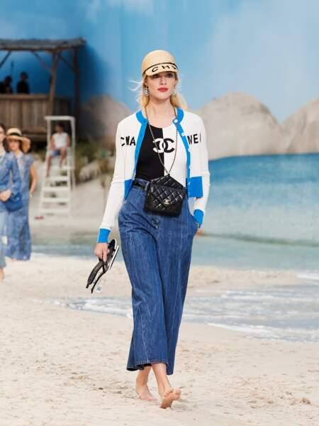 Tendance maillot : chez Chanel, le maillot une pièce se porte comme un body pour un look Riviera revisité.