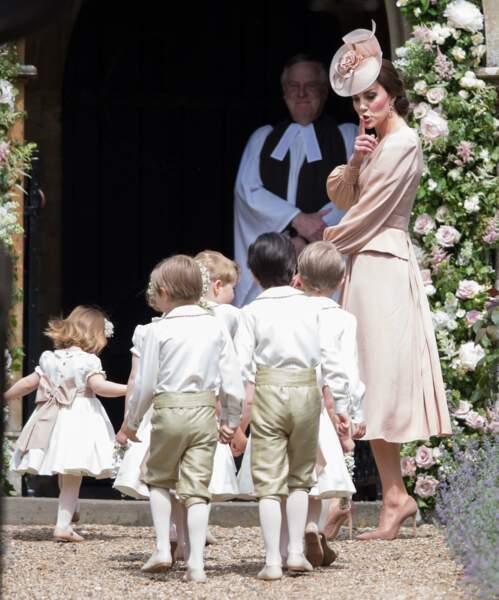 Kate surveille les enfants d'honneur