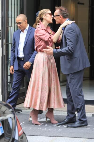 """Céline Dion fête un joyeux anniversaire à son garde du corps, Olivier, en sortant de son hôtel, le """"Royal Monceau"""","""
