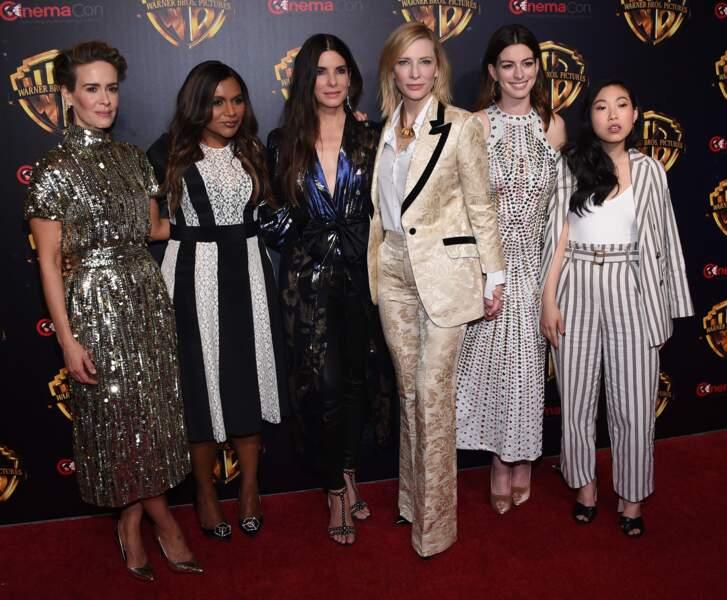 Cate Blanchett, en costume doré avec Sarah Paulson, Mindy Kaling, Sandra Bullock, Anne Hathaway et Awkwafin