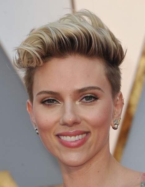 Scarlett Johansson affiche une coupe courte et des pointes polaires super tendance