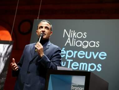 PHOTOS - Nikos Aliagas pose avec sa famille et ses amis pour le vernissage de son exposition