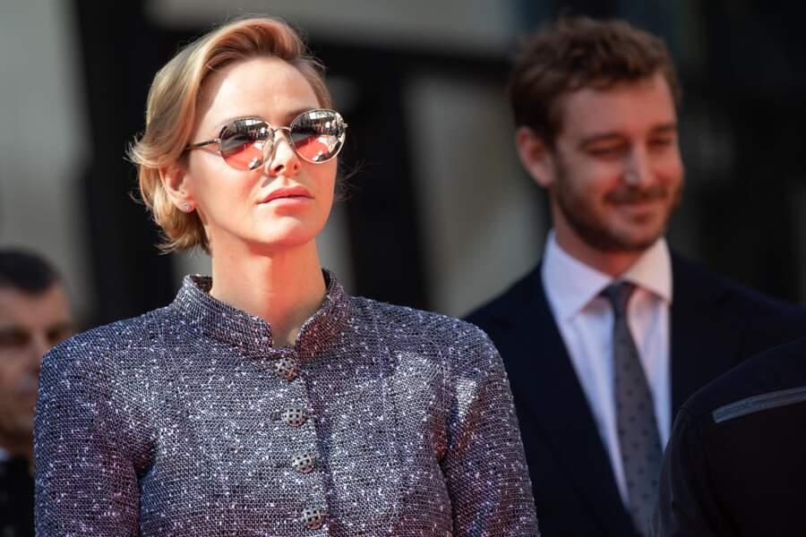 Très en beauté, la princesse Charlène faisait également son grand retour devant les photographes, ce 22 février