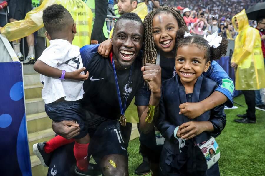 Blaise Matuidi, tout sourire, avec ses trois enfants dans les bras après la victoire à la Coupe du monde