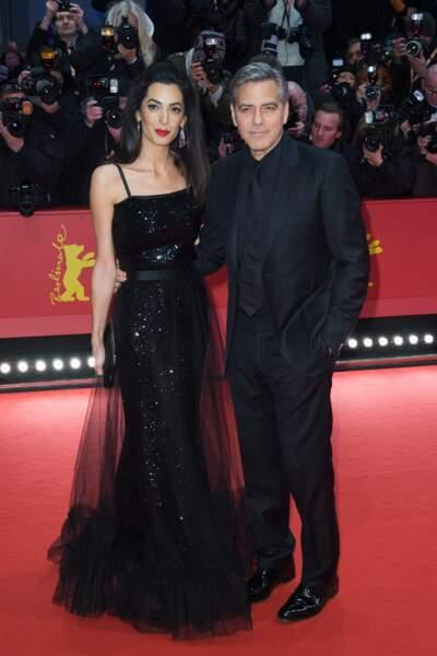 Amal Clooney fait de l'élégance sa priorité ici en robe de soirée avec George Clooney à Cannes en 2016