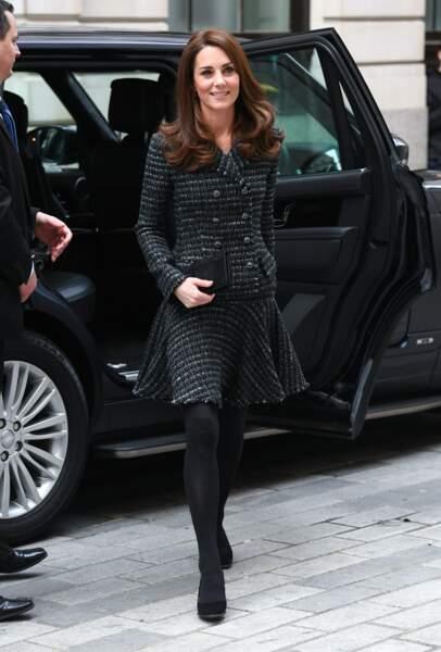 Kate Middleton très chic en tailleur-jupe courte Dolce & Gabbana qui dévoile ses jambes.
