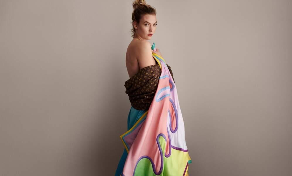 Et si on transformait son grand carré pour la plage, comme Karlie Kloss avec ce plaid Louis Vuitton x Axel Israel ?