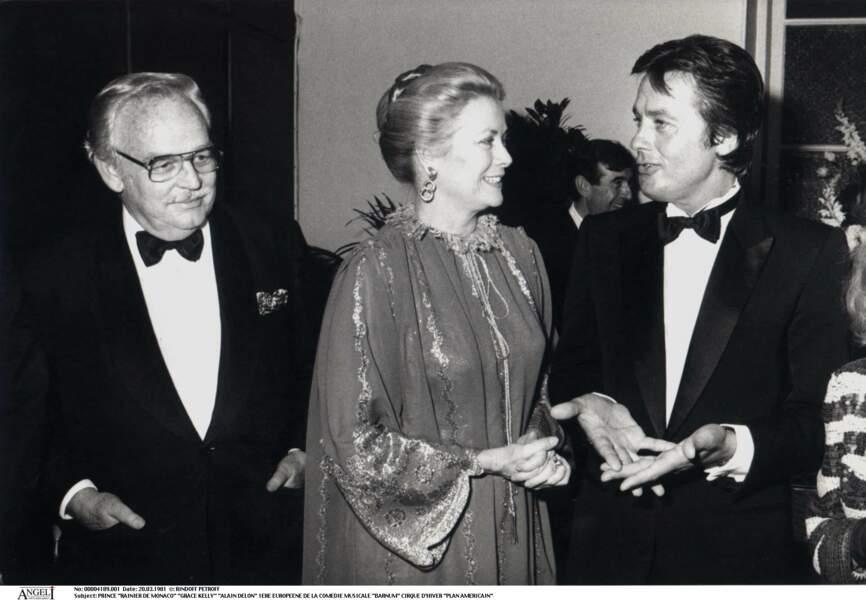 Grace Kelly entourée de son mari le prince Rainier de Monaco et du comédien Alain Delon