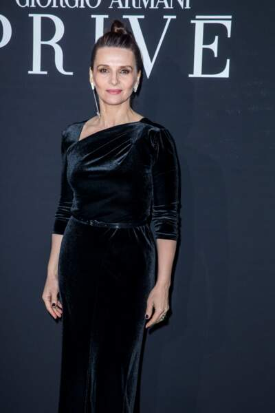 Juliette Binoche en robe velours à Paris le 22 janvier 2019