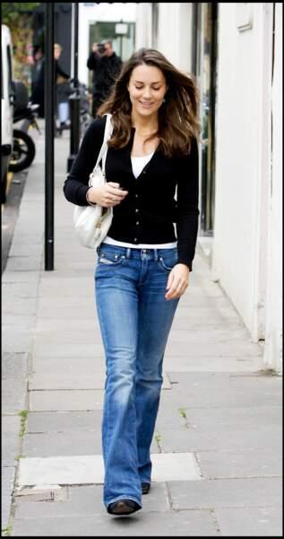 Kate Middleton, en jean flare et cardigan noir, dans les rues de Londres en 2007