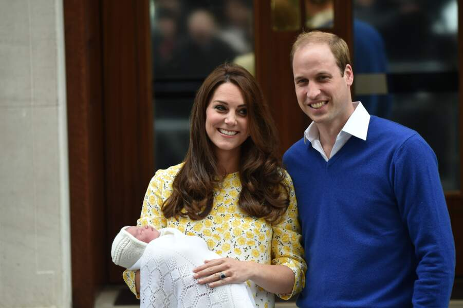 William, Kate et la princesse Charlotte devant l'hôpital St-Mary le 2 Mai 2015
