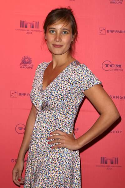 """Julie de Bona lors du photocall du film """"Né quelque part"""" en juin 2013"""