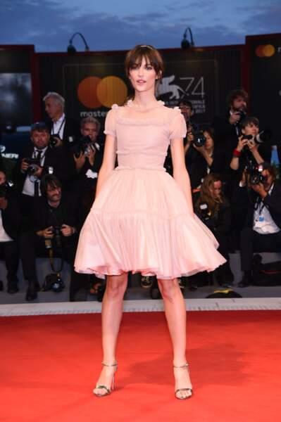 Elle était sublime dans une petite robe rose façon ballerine