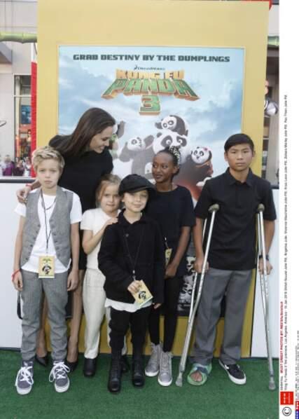 Vivienne, timide derrière Knox, lors de la première de Kung Fu Panda 3, à L.A., en janvier 2016.