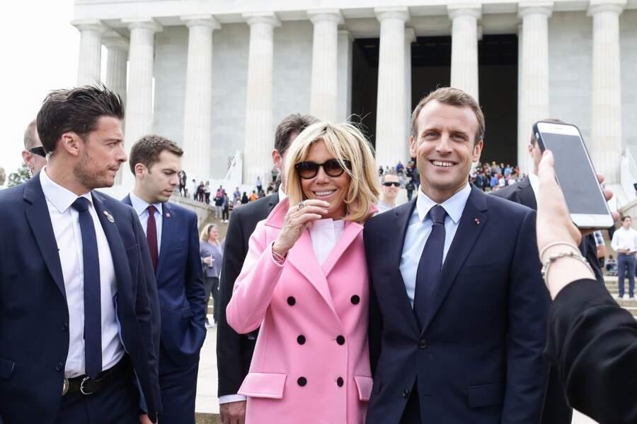 Brigitte et Emmanuel Macron, protégés par le sosie de Ricky Martin