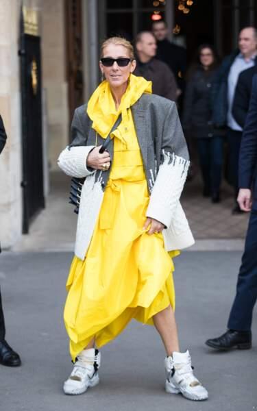 Jambes nues malgré le froid parisien, Céline Dion fait son show