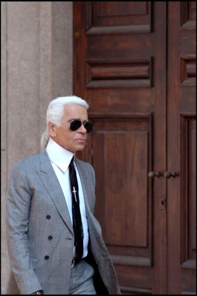 Karl Lagerfeld, en costume gris à Milan en 2006