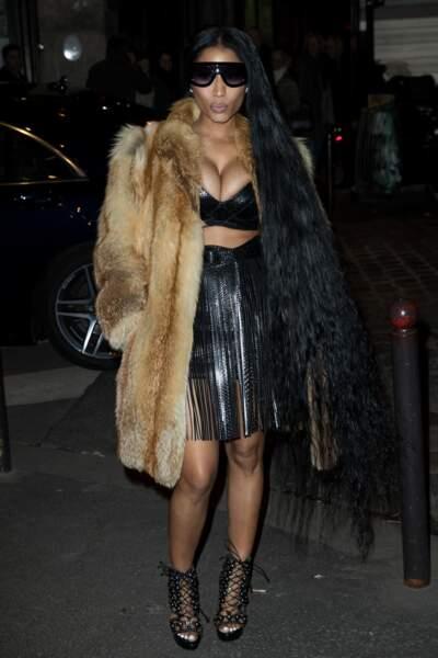 L'actrice et chanteuse Nicki Minaj en soutien-gorge sous veste en fourrure...