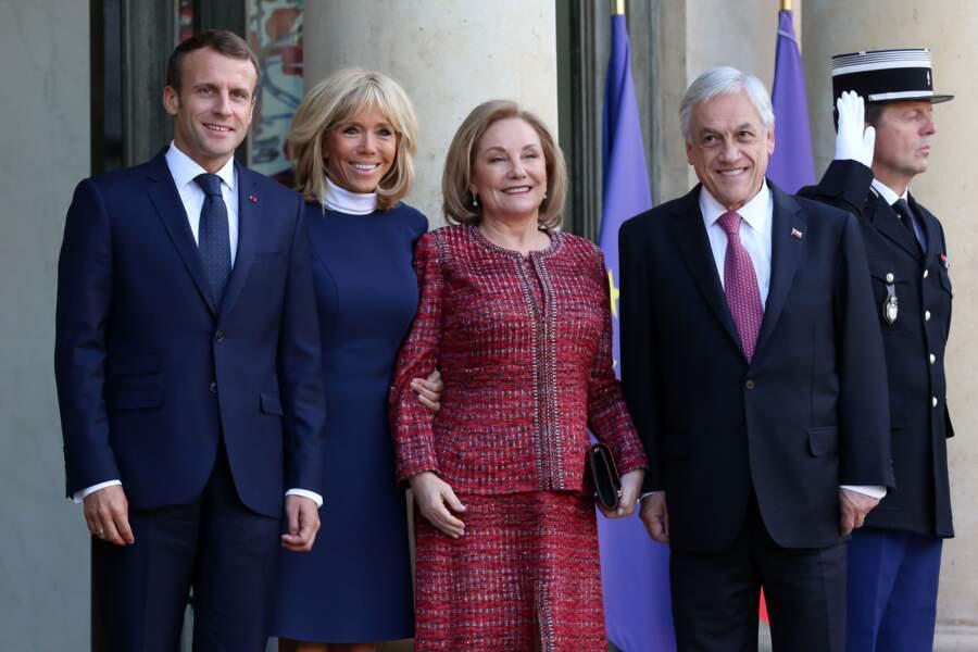 Brigitte Macron dans l'une de ses tenues préférées : une robe courte, au-dessus du genou et une paire d'escarpins